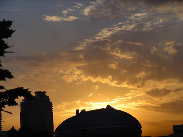 栗型屋根に陽は落ちて