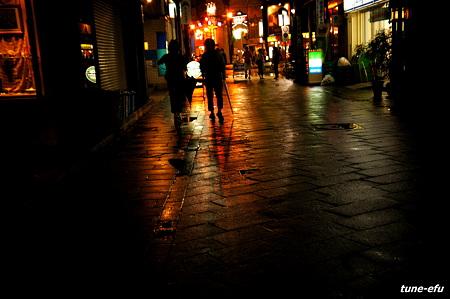 夜街に雨の宵