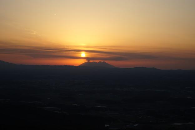 写真: 桜島に沈む夕陽 @ 都城市の金御岳  DSC04053