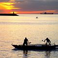 写真: マニラ湾海を叩いて魚獲り