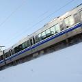 雪と空と521系の通過