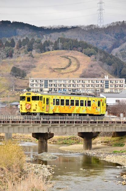 三日月山を背に走る「はばタン列車」