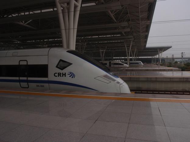中国、上海虹橋駅に集う各種列車