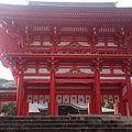 Photos: 近江神宮の朱色の鳥居。かる...
