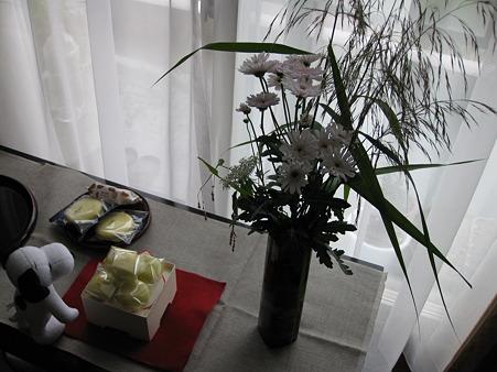 スプレー菊に野の花を追加