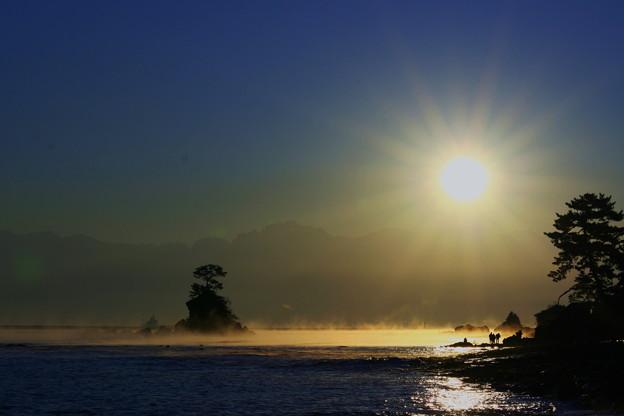 雨晴海岸 立山連峰から昇る朝日と気嵐(蔵出し)