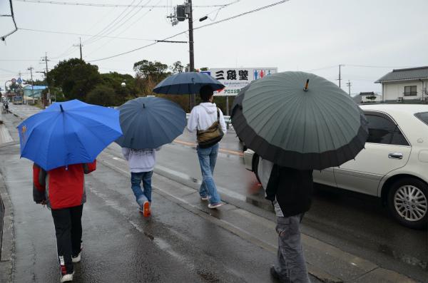 雨の中、歩いて近所の観光に出かける